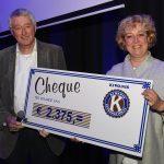 overhandiging cheque Kiwanis